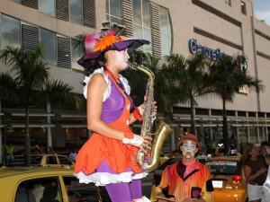 Con saltimbanquis y música el centro comercial La Florida inauguró su nueva imagen. (FOTO Nelson Díaz)