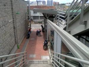 El vecino llama la atención sobre la invasión de motos en este lugar. También hace un llamado para que se establezca el ascensor. (FOTOS Suministradas P. del barrio)