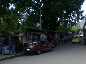Para este vecino las ventas ambulantes y el mal parqueo ponen en peligro al peatón pues tiene que utilizar la vía.
