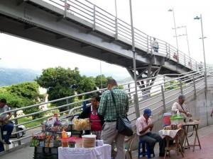 Las ventas ambulantes por las zona de Carrefour ha sido una de las mayores quejas de los vecinos del sector. (FOTOS Suministradas P. del barrio)
