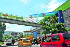 Aunque no se trata de vallas, esta tipo de publicidad, ubicada en el puente peatonal de El Bosque, tampoco está permitida.