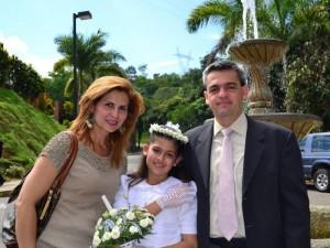 Diana junto a sus padres Diana Claudia Serrano y Juan Carlos Gutiérrez. (FOTO Suministrada)