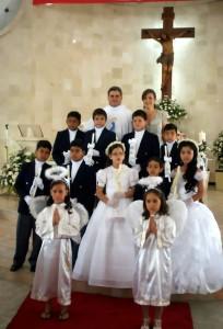 Los estudiantes del Colegio San Patricio realizaron la Primera Comunión en la Parroquia Santa María Reina de Cañaveral. (FOTO Suministrada)