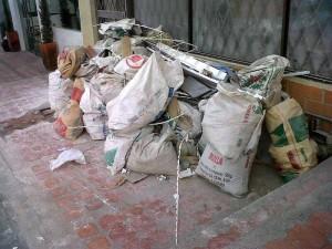La vecina muestra este cúmulo de escombros que además impiden el tránsito del peatón. (FOTO Suministrada)