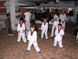 Algunos niños residentes del conjunto hicieron su muestra de taekwondo con la que ganaron una presentación.