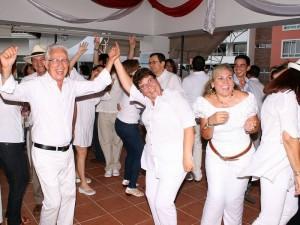 La música permitió que los residentes disfrutaran de esta tarde de integración.