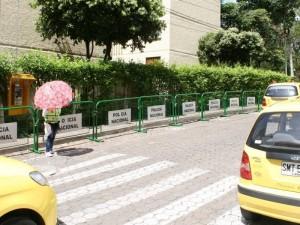 Alrededor de las clínicas de El Bosque se encuentran las vallas de la Policía.