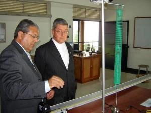 Monseñor Néstor Navarro, cuando fue rector de la UPB, en la inauguración de algunos laboratorios. (FOTO Archivo)
