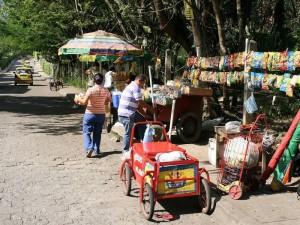Estos vendedores están ubicados en el mismo sector porque aseguran es en donde más pueden vender. (FOTOS Mauricio Betancourt)