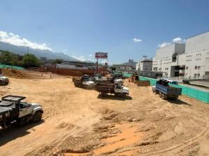 Los primeros trabajos de remoción de tierra en el lote situado en el costado oriental de la autopista, ha llamado la atención de la comunidad. (FOTO Jaime del Río)
