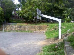 Las zonas deportivas también se encuentran descuidadas y desaseadas.