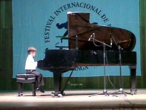 El niño toca el piano en el Festival infantil de piano en la UIS. (FOTOS Suministradas)