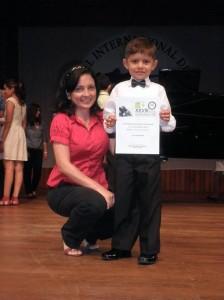 Juan Pablo junto a  su profesora Gloria Calderón en una presentación en la UIS.