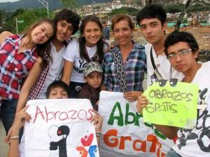 En grupo o de manera personal los transeúntes de Cañaveral recibieron sus abrazos. (FOTOS Suministradas)