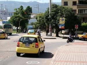 La vecina señala que el semáforo se apaga constantemente durante el día. (FOTO Mauricio Betancourt)