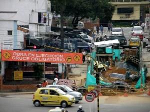 Durante este tiempo de trabajos, los vehículos se ven obligados a tomar la vía que conduce al Club Campestre. (FOTO Javier Gutiérrez)