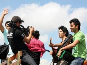 Durante la grabación de este videoclip. Para conocer más viste www.adospalos.com. (FOTO Suministrada)