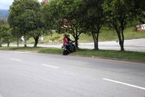 En la fotografía se aprecia como los motociclistas prefieren atravesar la vía pasando sobre los separadores que dar el gir