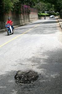 Cráter en el carril sur que comunica la UNAB con el centro comercial Cañaveral. (Mauricio Betancourt).