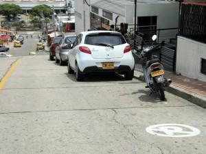 El estacionamiento de vehiculos en l ugares prohibidos  afectan la movilidad en el sector,