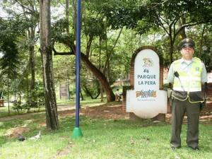 El patrullero Alexander Hernández se ha puesto la tarea de salvar el parque La Pera.