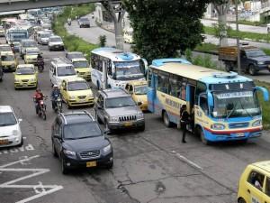 El estacionamiento deliberado de taxis y carros particulares frente a Carrefour obliga a los buses a dejar y recoger pasajeros en mitad de la vía y a veces en el costado opuesto, generando no sólo congestión sino peligro.