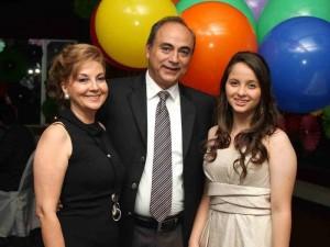 Isabel Fernanda Vega con sus padres.