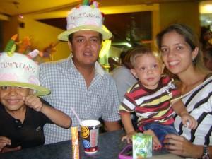 Los padres de Jhon Rodríguez celebrarón su cumpleaños en un restaurante del sector