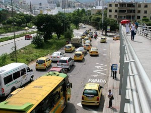La congestión que se presenta en Cañaveral se debe a la ubicación de taxis y buses y el mal funcionamiento del semáforo.