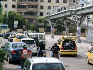 Estos trancones se incrementan en horas pico debido al aumento del tránsito automotor sumado al mal estacionamiento.