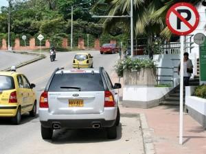 A pesar de que existe una señalización de no parquear los conductores hace caso omiso a la señal de tránsito.