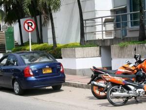 Debido al estacionamiento indebido y invasión del espacio público, los transeúntes deben movilizarse en plena vía.