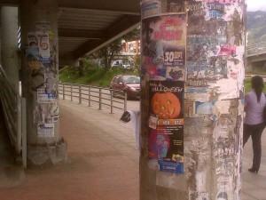 Puentes de concreto como el de Cañaveral también fueron utilizados por los candidatos en la pasada campaña para pegar su publicidad.