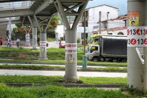 Las bases de los puentes del sistema Metrolínea han sido cubiertos con afiches.