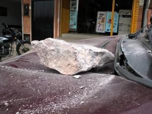 Varios vehículos y dos personas resultaron afectados por restos de piedra que pasaron el muro de protección de la obra