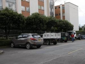 Carros abandonados durante mucho tiempo están imposibilitando el parqueo a los automotores.