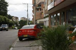 El estacionamiento de vehículos en diferentes establecimientos del sector que impiden el paso al peatón es una queja frecuente de los residentes.