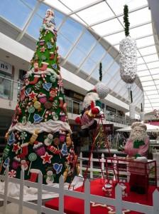El árbol de navidad del centro comercial Cañaveral  se asemeja a la casa del cuento Hansel y Grettel de los hermanos Grimm.