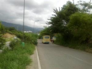 Las fotografías enviadas por los residentes muestran que este corredor vial representa un peligro para los transeúntes.