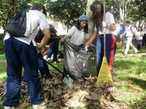 Con escobas, bolsas y recogedores, los jóvenes estudiantes le hicieron limpieza al único parque que tiene el sector.