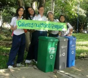 Además de su actuación los estudiantes envían mensajes escritos a los vecinos para generar con-ciencia de cuidado del medio ambiente.