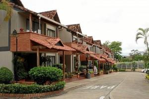El precio de una vivienda oscila entre 300 a 350 millones de pesos y en alquiler entre un millón y millón 200.