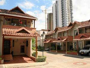 Álamos Parque está rodeado de conjuntos como Club House, Tamacá y Tayrona convirtiendo esta zona en uno de los sectores de alto desarrollo urbanístico.
