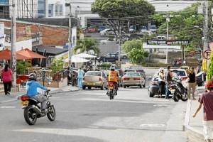 La invasión del espacio público y la falta de vías de acceso incrementan el problema.