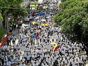 Con pancartas, bombas y vestidos de blanco los marchantes gritaron 'libertad' y se manifestaron en contra del secuestro.