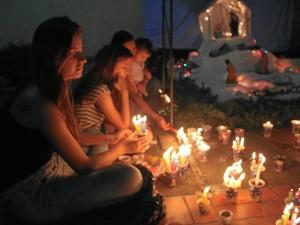 En el conjunto Belhorizonte I los residentes se reunieron alrededor de las velas para celebrar este día.