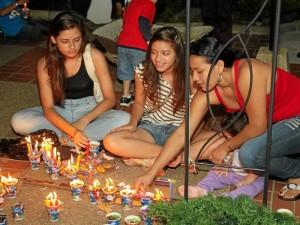 Los niños fueron los más motivados en la participación de encender las velas con los faroles.