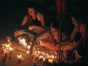 Durante este día todas las personas se reunieron en torno a las velas.