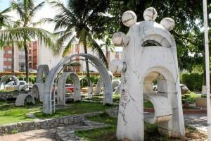 'Las Llaves' constan de 13 partes separadas ubicadas en el parque con figuras antropomorfas.