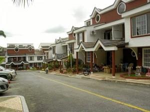 Las casas tienen sala comedor, cocina integral, patio de ropas, alcoba de servicio con baño, baño auxiliar y en el segundo piso hay las tres alcobas y una terraza.